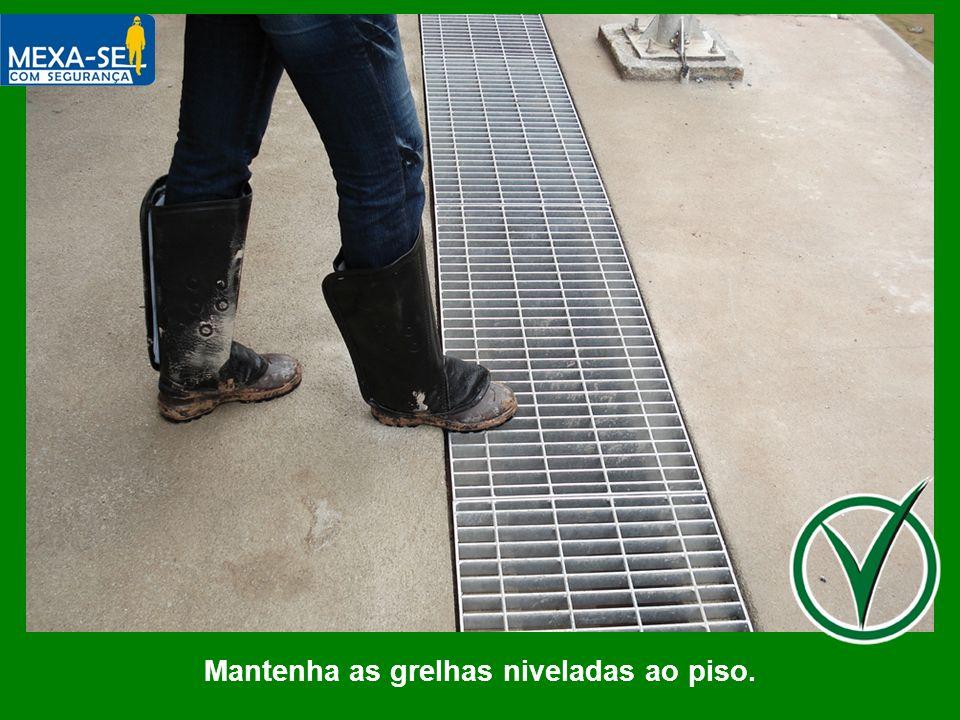 Mantenha as grelhas niveladas ao piso.