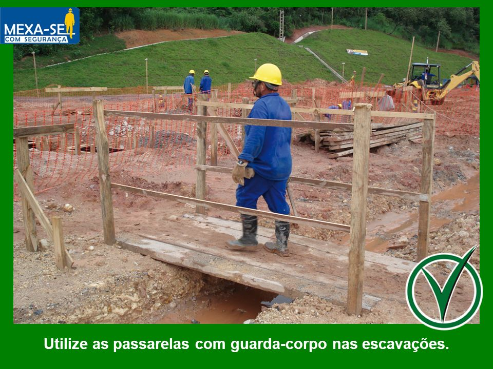 Utilize as passarelas com guarda-corpo nas escavações.