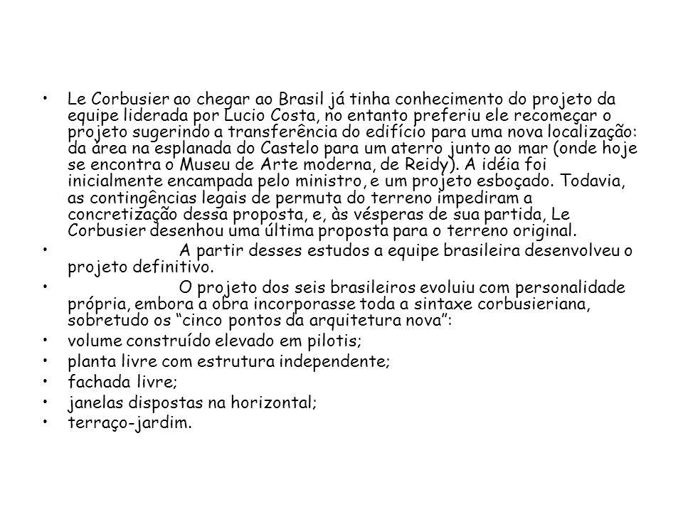 Le Corbusier ao chegar ao Brasil já tinha conhecimento do projeto da equipe liderada por Lucio Costa, no entanto preferiu ele recomeçar o projeto sugerindo a transferência do edifício para uma nova localização: da área na esplanada do Castelo para um aterro junto ao mar (onde hoje se encontra o Museu de Arte moderna, de Reidy). A idéia foi inicialmente encampada pelo ministro, e um projeto esboçado. Todavia, as contingências legais de permuta do terreno impediram a concretização dessa proposta, e, às vésperas de sua partida, Le Corbusier desenhou uma última proposta para o terreno original.
