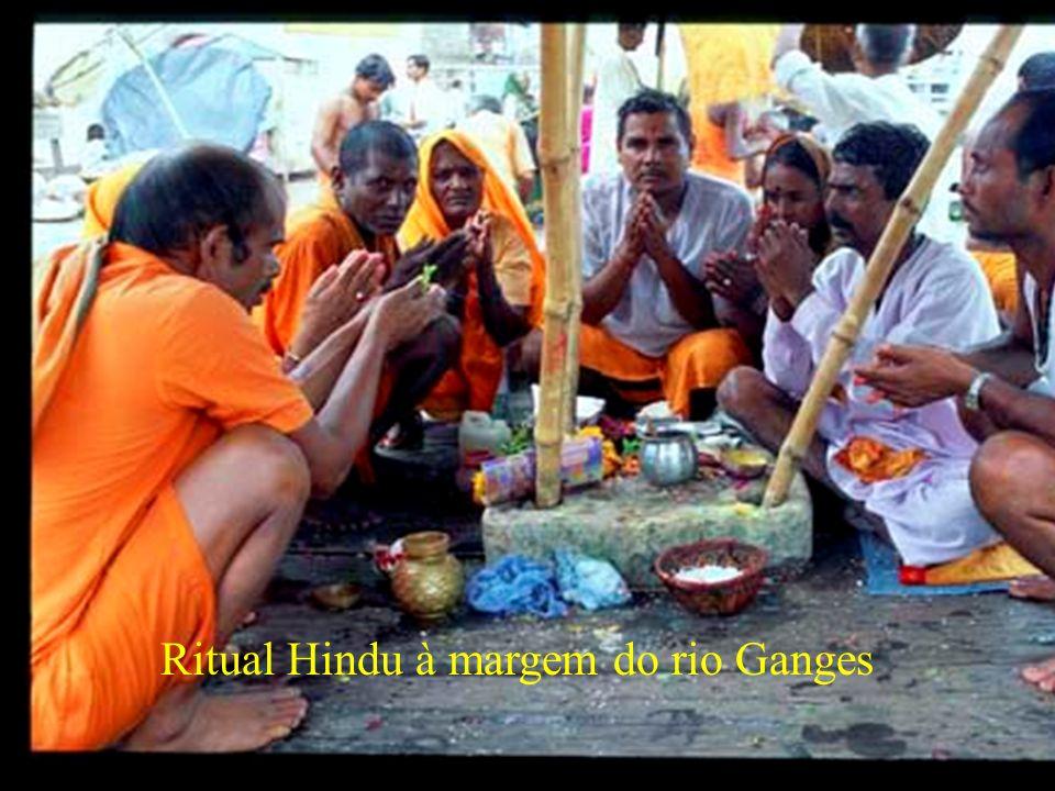 Ritual Hindu à margem do rio Ganges