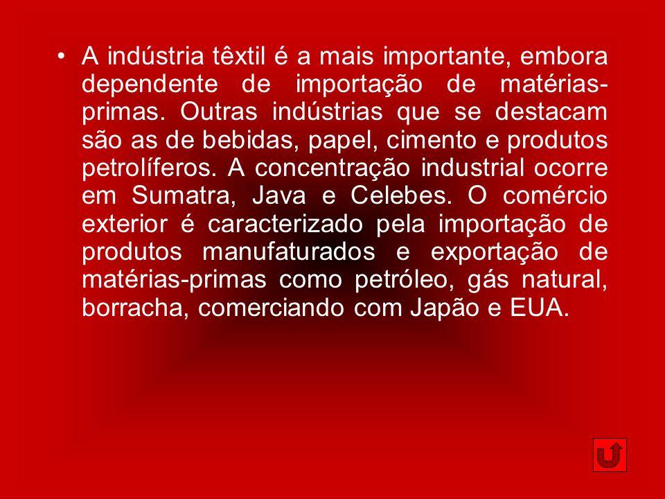 A indústria têxtil é a mais importante, embora dependente de importação de matérias-primas.