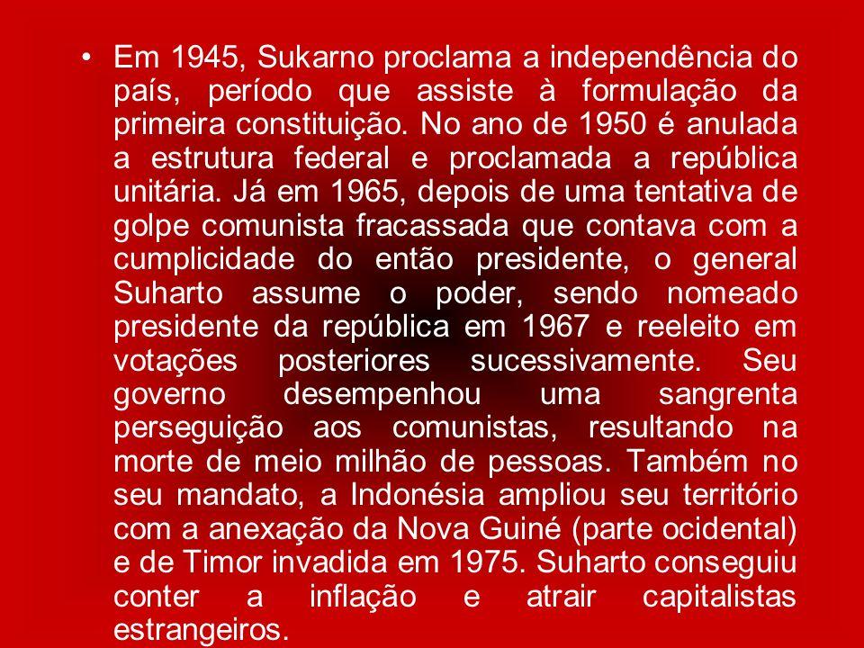Em 1945, Sukarno proclama a independência do país, período que assiste à formulação da primeira constituição. No ano de 1950 é anulada a estrutura federal e proclamada a república unitária. Já em 1965, depois de uma tentativa de golpe comunista fracassada que contava com a cumplicidade do então presidente, o general Suharto assume o poder, sendo nomeado presidente da república em 1967 e reeleito em votações posteriores sucessivamente. Seu governo desempenhou uma sangrenta perseguição aos comunistas, resultando na morte de meio milhão de pessoas. Também no seu mandato, a Indonésia ampliou seu território com a anexação da Nova Guiné (parte ocidental) e de Timor invadida em 1975. Suharto conseguiu conter a inflação e atrair capitalistas estrangeiros.