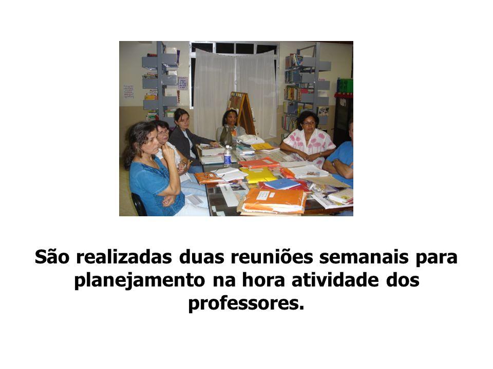 São realizadas duas reuniões semanais para planejamento na hora atividade dos professores.