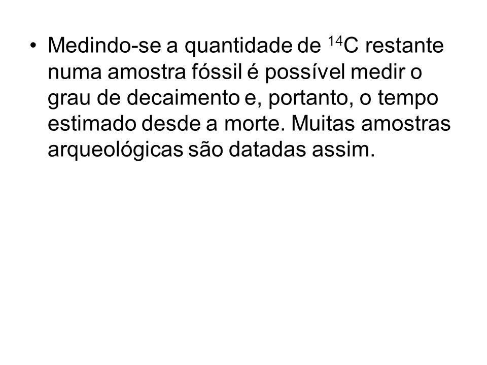 Medindo-se a quantidade de 14C restante numa amostra fóssil é possível medir o grau de decaimento e, portanto, o tempo estimado desde a morte.