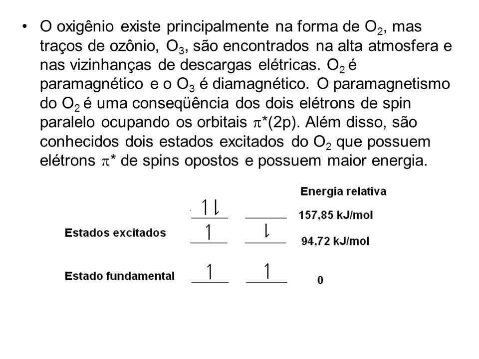 O oxigênio existe principalmente na forma de O2, mas traços de ozônio, O3, são encontrados na alta atmosfera e nas vizinhanças de descargas elétricas.
