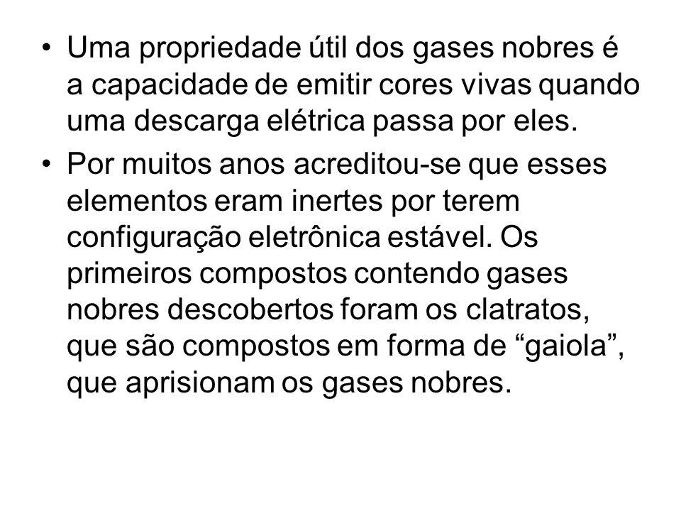 Uma propriedade útil dos gases nobres é a capacidade de emitir cores vivas quando uma descarga elétrica passa por eles.