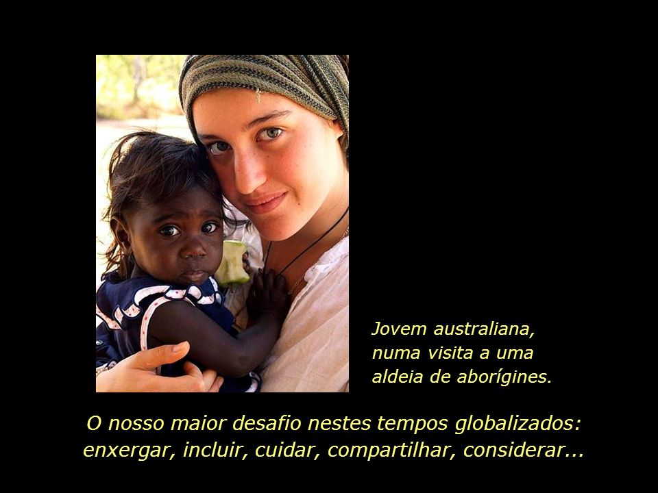 Jovem australiana, numa visita a uma aldeia de aborígines.