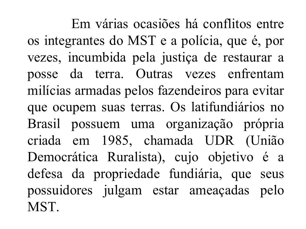 Em várias ocasiões há conflitos entre os integrantes do MST e a polícia, que é, por vezes, incumbida pela justiça de restaurar a posse da terra.