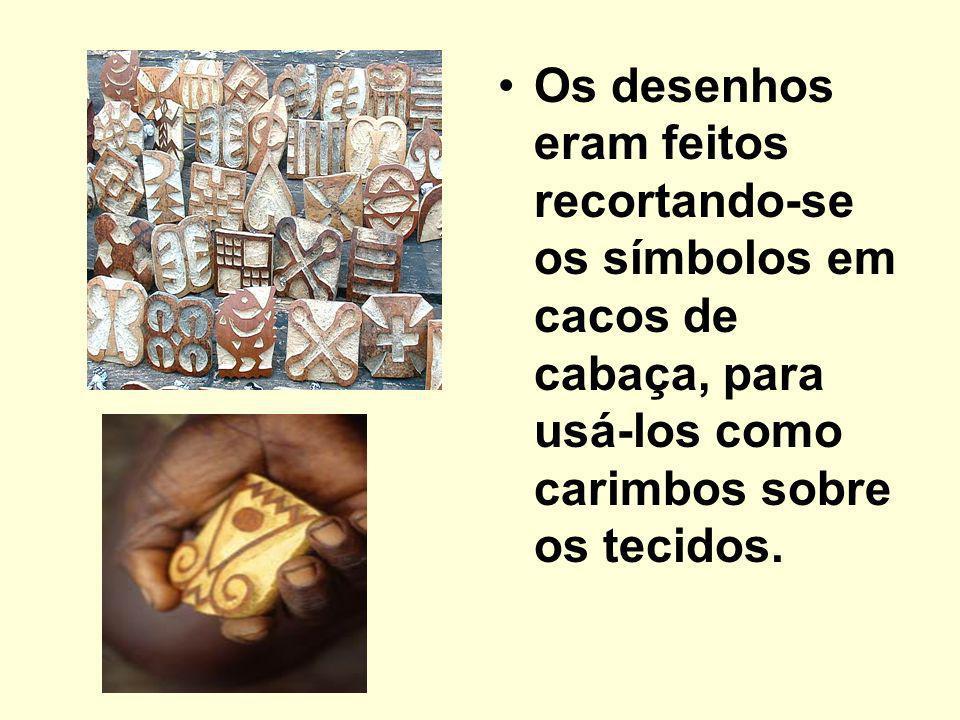 Os desenhos eram feitos recortando-se os símbolos em cacos de cabaça, para usá-los como carimbos sobre os tecidos.