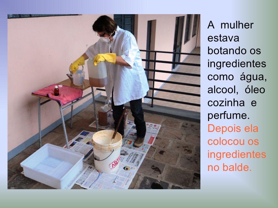 A mulher estava botando os ingredientes como água, alcool, óleo cozinha e perfume.