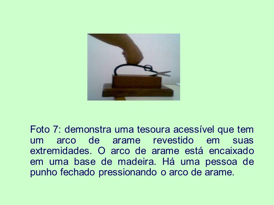 Foto 7: demonstra uma tesoura acessível que tem um arco de arame revestido em suas extremidades.
