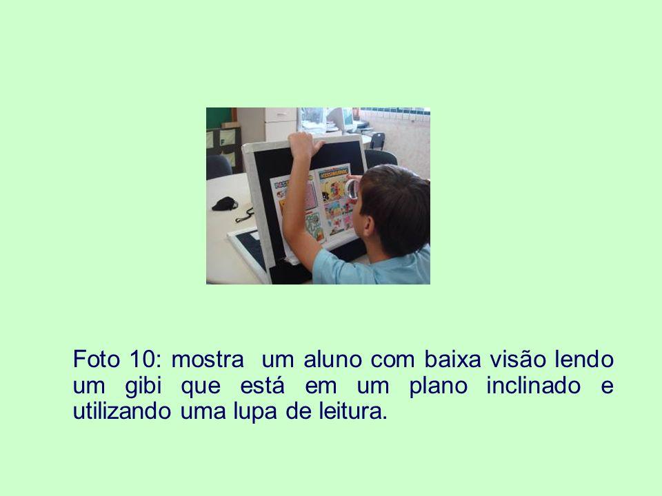 Foto 10: mostra um aluno com baixa visão lendo um gibi que está em um plano inclinado e utilizando uma lupa de leitura.