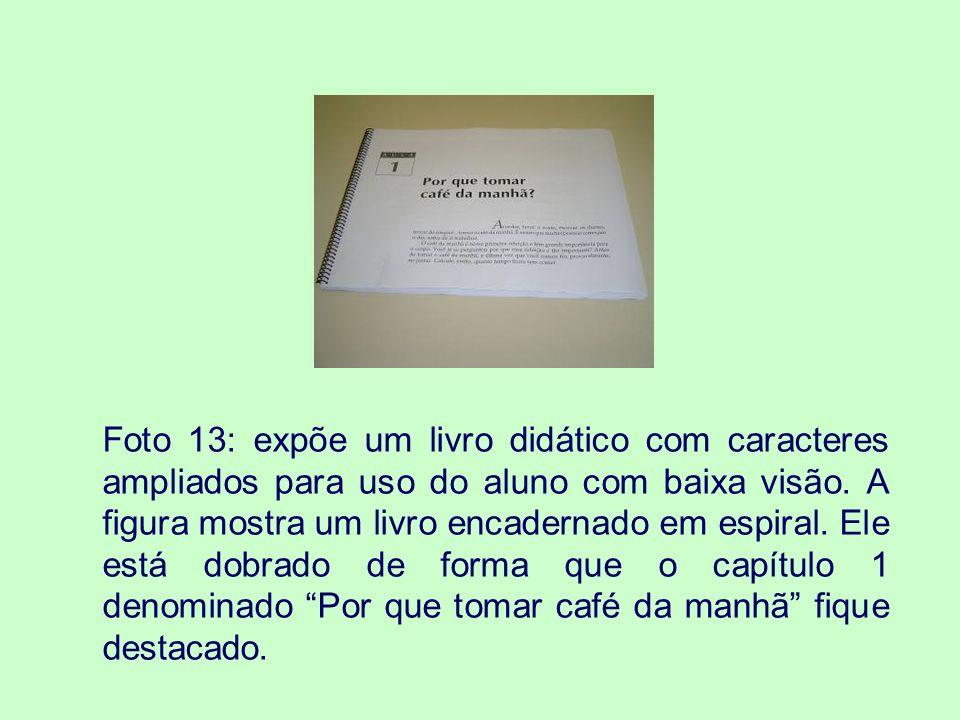 Foto 13: expõe um livro didático com caracteres ampliados para uso do aluno com baixa visão.