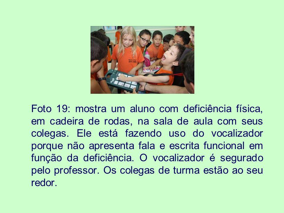 Foto 19: mostra um aluno com deficiência física, em cadeira de rodas, na sala de aula com seus colegas.