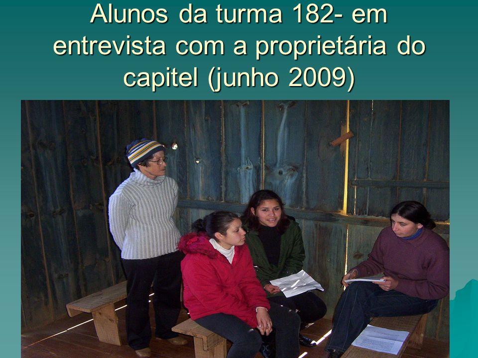 Alunos da turma 182- em entrevista com a proprietária do capitel (junho 2009)