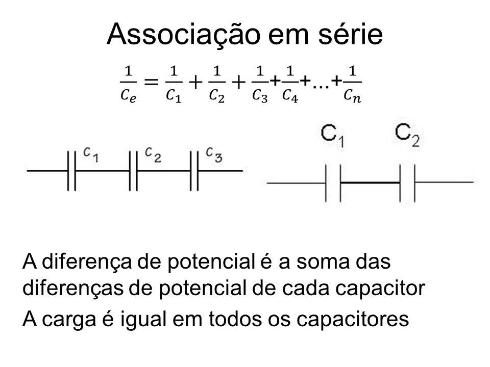 Associação em série A diferença de potencial é a soma das diferenças de potencial de cada capacitor.