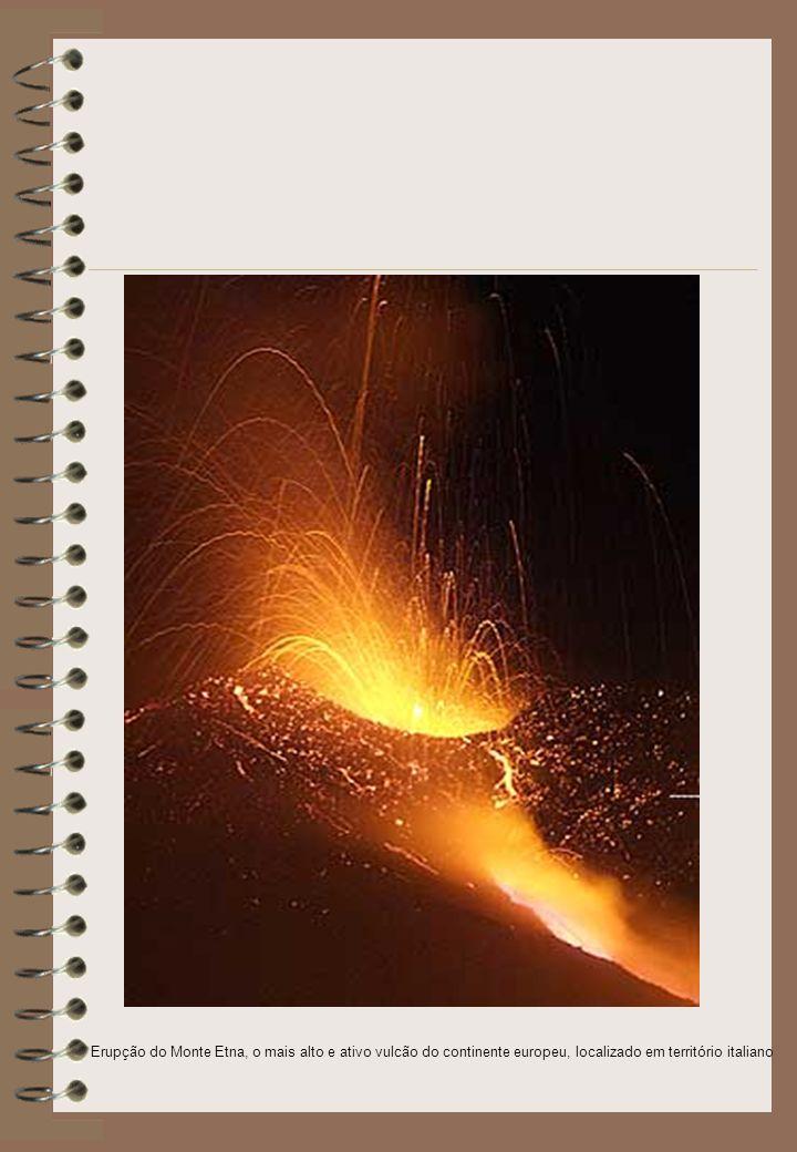 Erupção do Monte Etna, o mais alto e ativo vulcão do continente europeu, localizado em território italiano