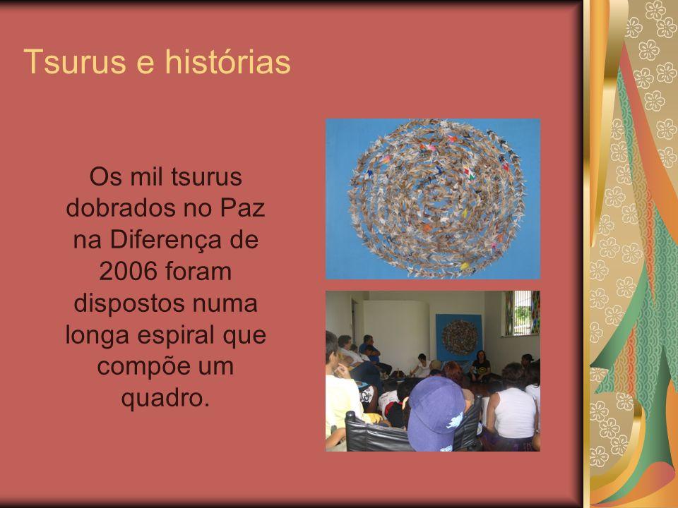 Tsurus e histórias Os mil tsurus dobrados no Paz na Diferença de 2006 foram dispostos numa longa espiral que compõe um quadro.
