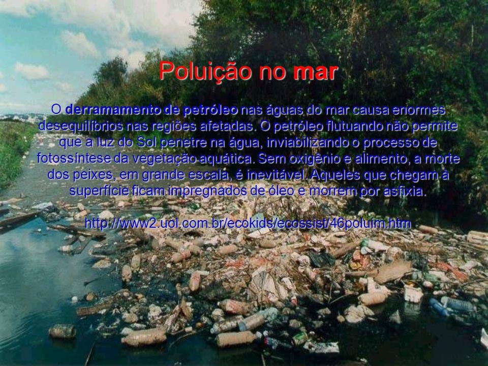 Poluição no mar O derramamento de petróleo nas águas do mar causa enormes desequilíbrios nas regiões afetadas.