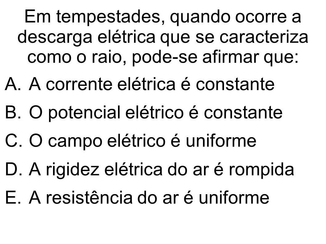 Em tempestades, quando ocorre a descarga elétrica que se caracteriza como o raio, pode-se afirmar que:
