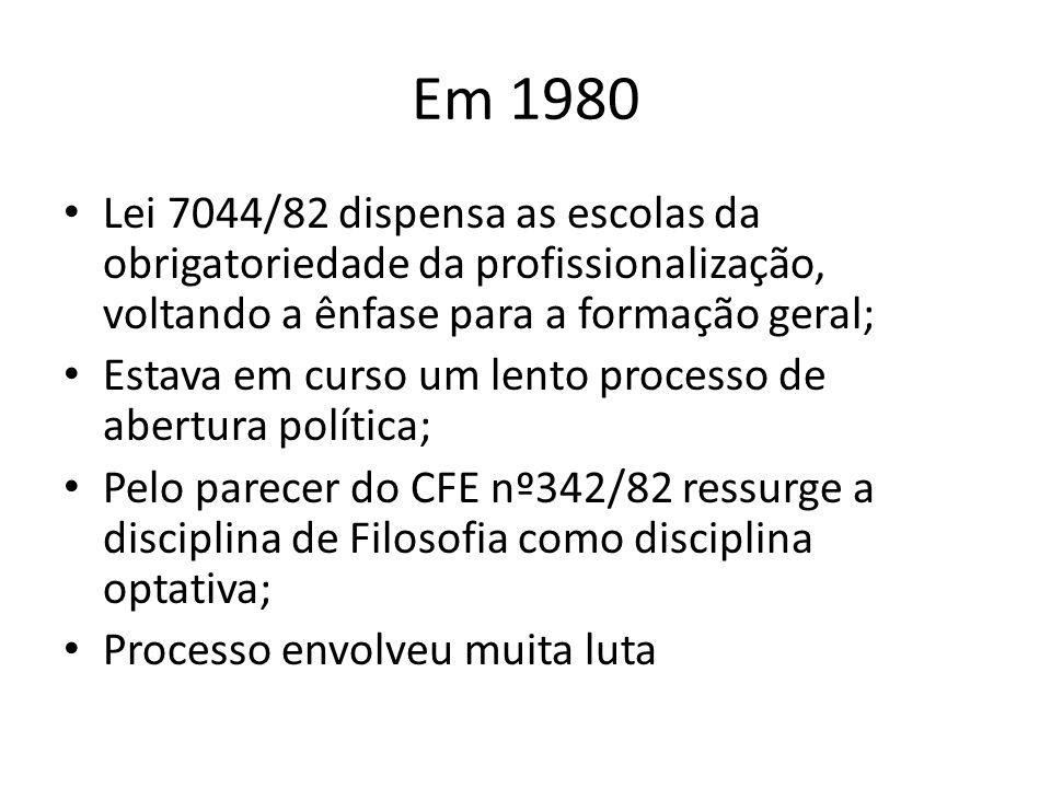 Em 1980 Lei 7044/82 dispensa as escolas da obrigatoriedade da profissionalização, voltando a ênfase para a formação geral;