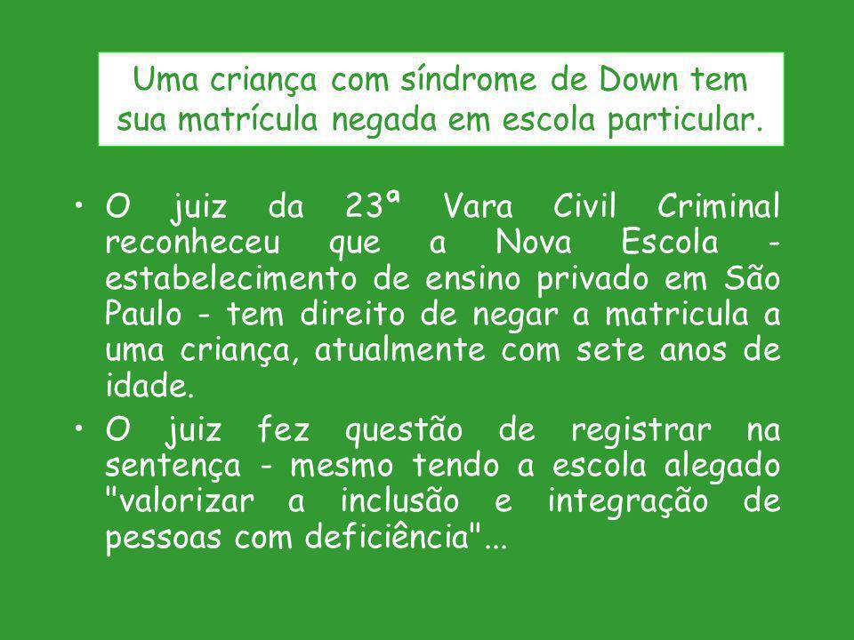 Uma criança com síndrome de Down tem sua matrícula negada em escola particular.