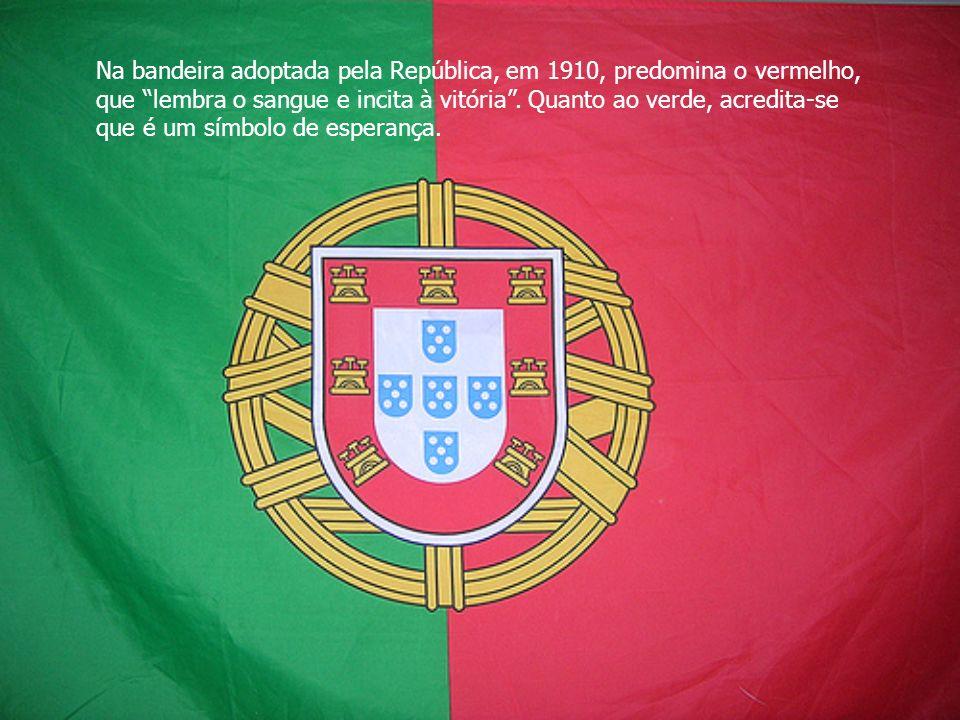 Na bandeira adoptada pela República, em 1910, predomina o vermelho, que lembra o sangue e incita à vitória .