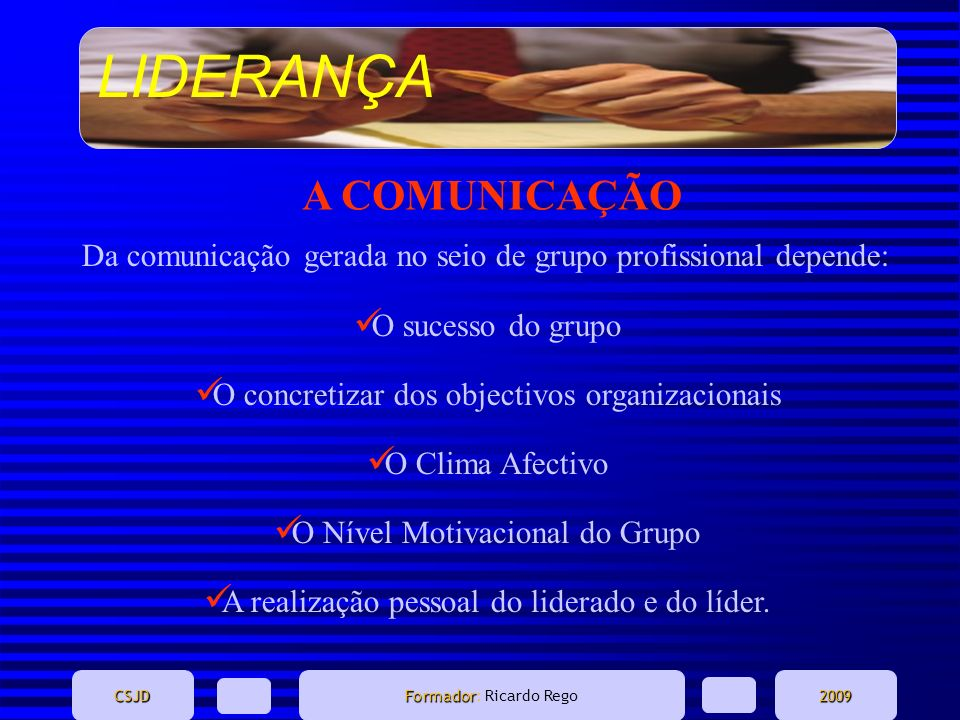 A COMUNICAÇÃO Da comunicação gerada no seio de grupo profissional depende: O sucesso do grupo. O concretizar dos objectivos organizacionais.