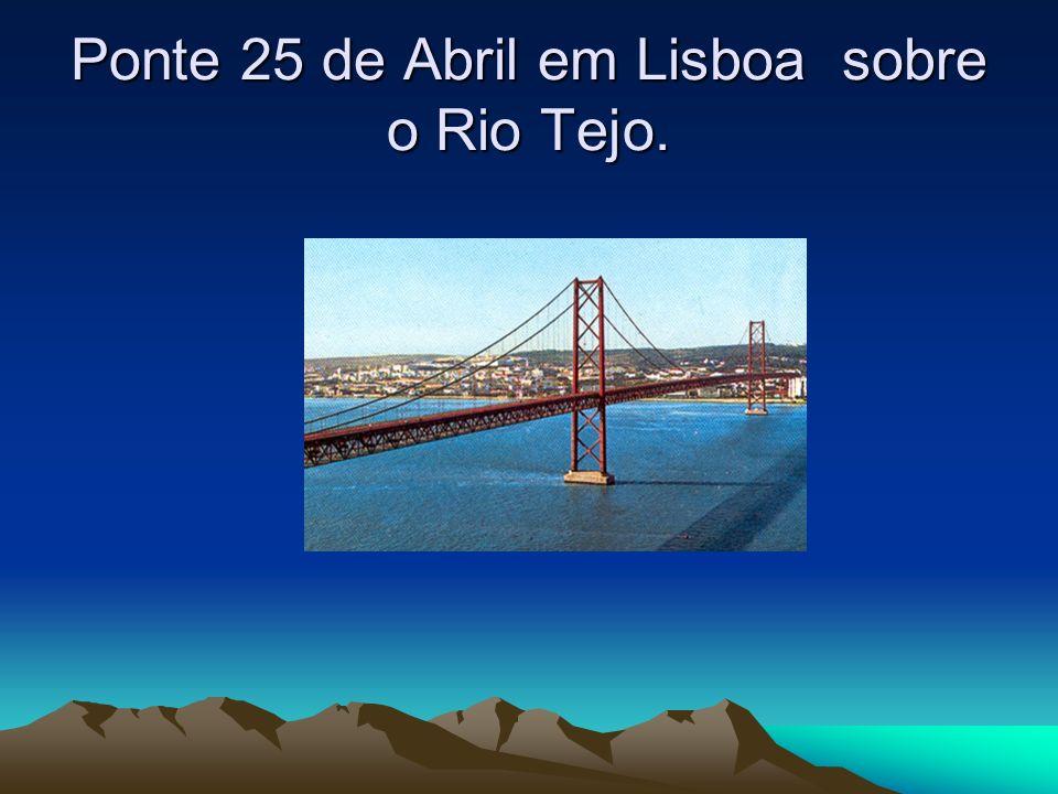 Ponte 25 de Abril em Lisboa sobre o Rio Tejo.