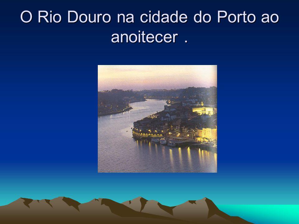 O Rio Douro na cidade do Porto ao anoitecer .