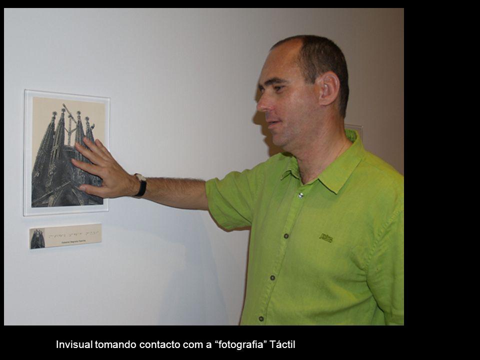 Invisual tomando contacto com a fotografia Táctil