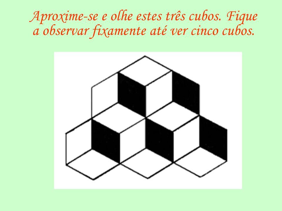 Aproxime-se e olhe estes três cubos