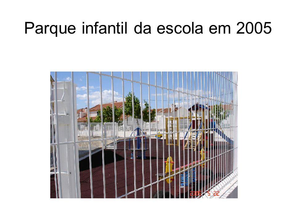 Parque infantil da escola em 2005