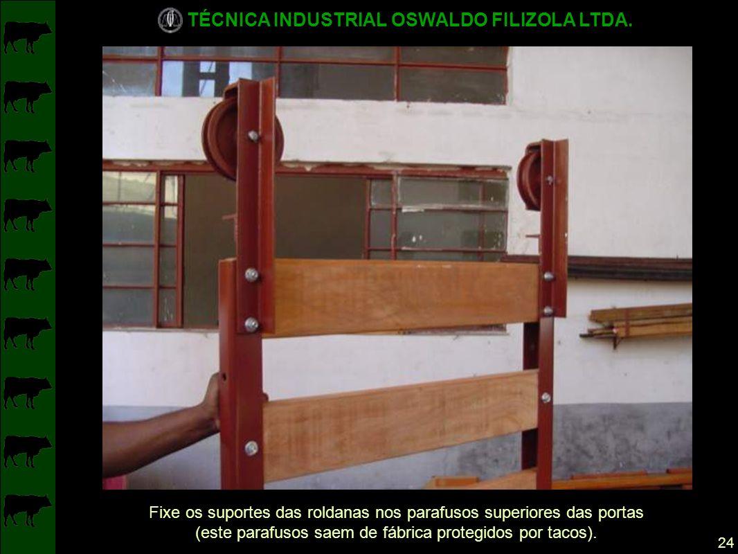 Fixe os suportes das roldanas nos parafusos superiores das portas