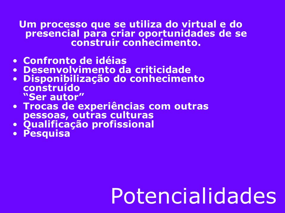 Um processo que se utiliza do virtual e do presencial para criar oportunidades de se construir conhecimento.