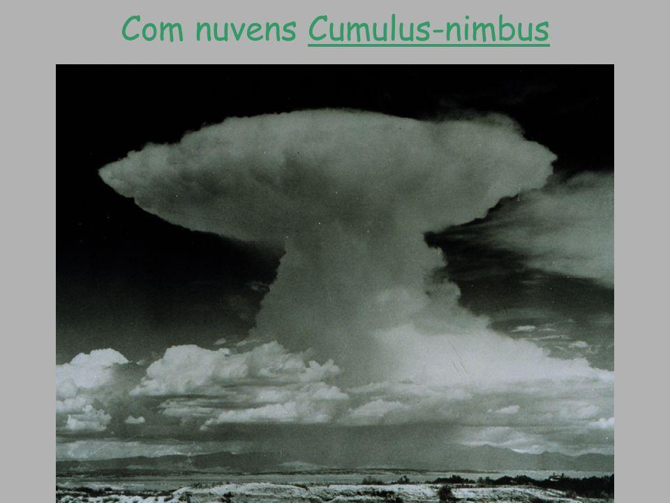 Com nuvens Cumulus-nimbus