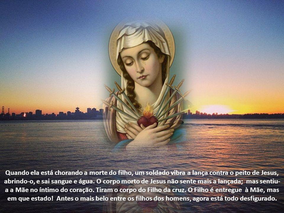 Quando ela está chorando a morte do filho, um soldado vibra a lança contra o peito de Jesus, abrindo-o, e sai sangue e água.