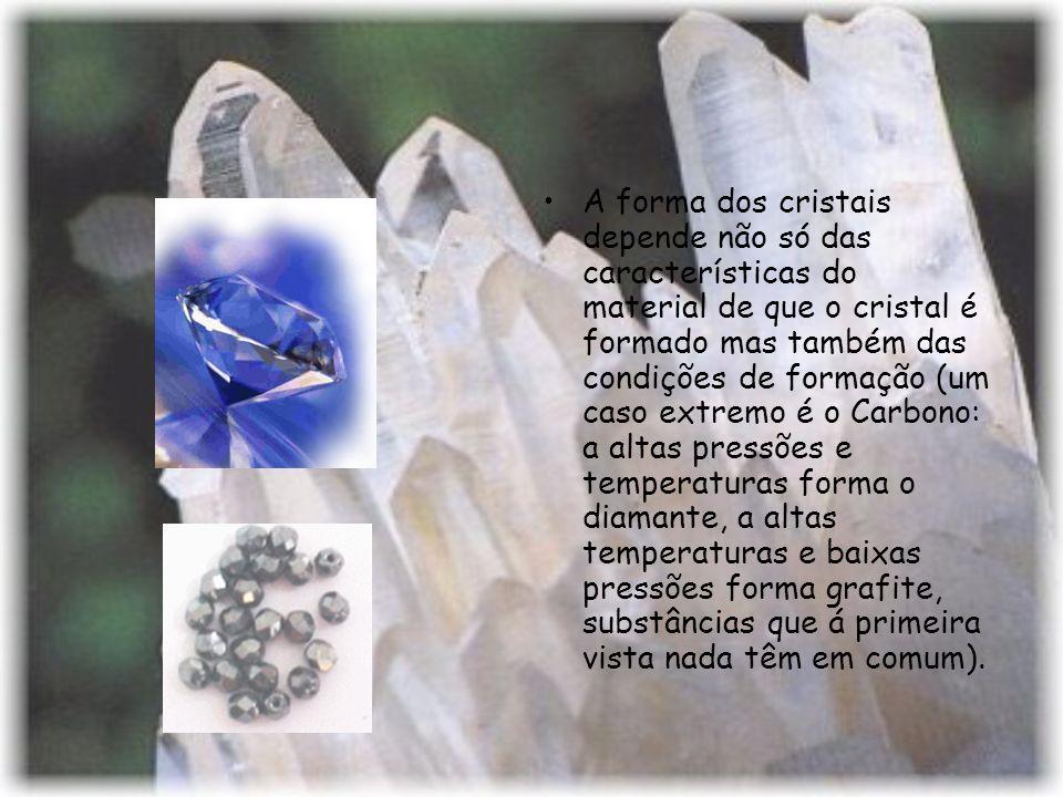 A forma dos cristais depende não só das características do material de que o cristal é formado mas também das condições de formação (um caso extremo é o Carbono: a altas pressões e temperaturas forma o diamante, a altas temperaturas e baixas pressões forma grafite, substâncias que á primeira vista nada têm em comum).