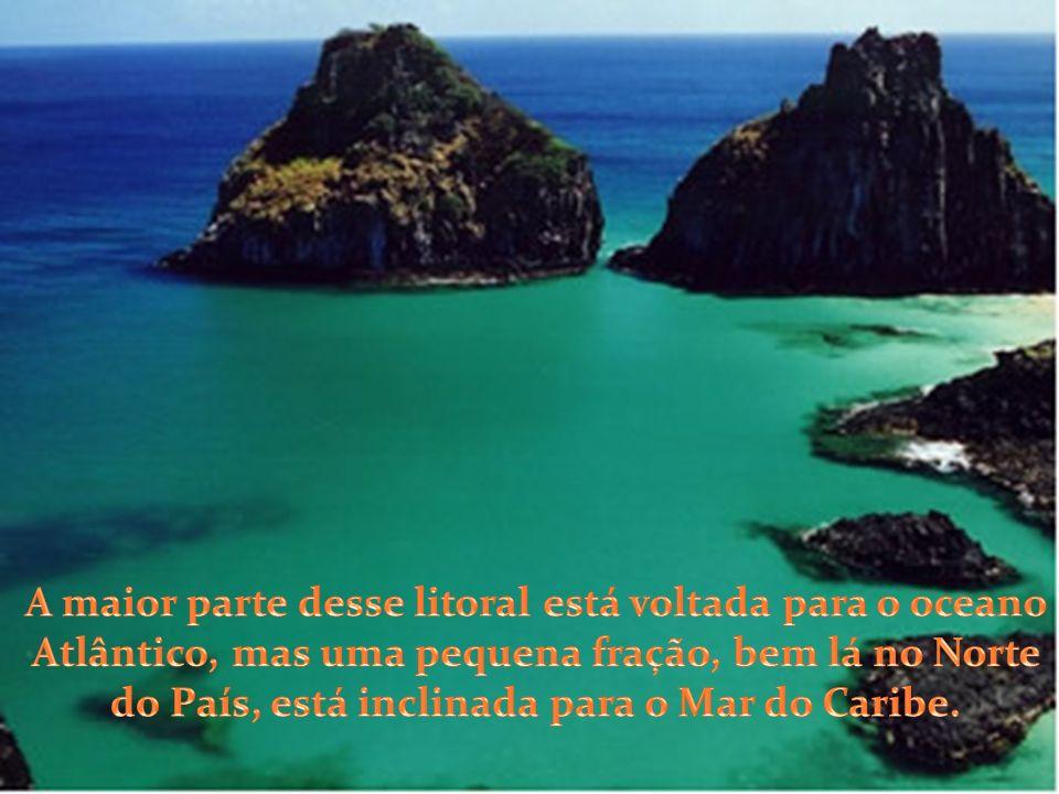 A maior parte desse litoral está voltada para o oceano Atlântico, mas uma pequena fração, bem lá no Norte do País, está inclinada para o Mar do Caribe.