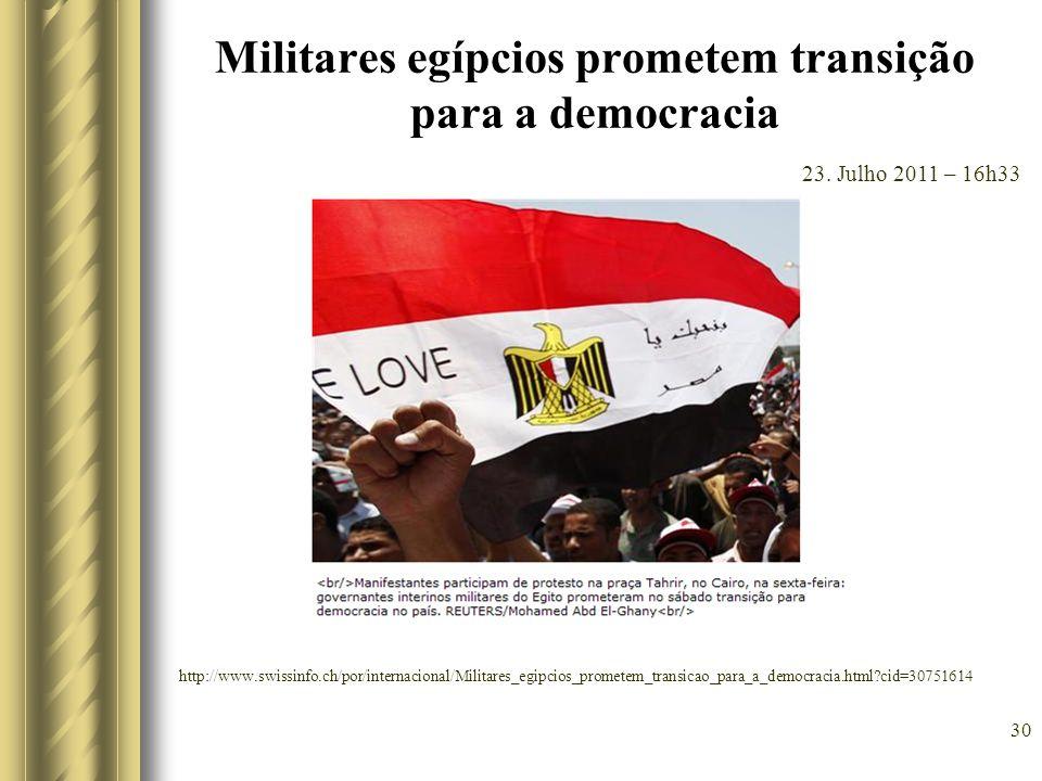 Militares egípcios prometem transição para a democracia
