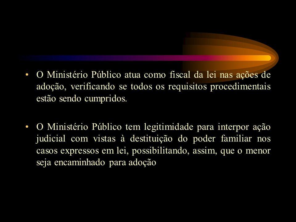O Ministério Público atua como fiscal da lei nas ações de adoção, verificando se todos os requisitos procedimentais estão sendo cumpridos.