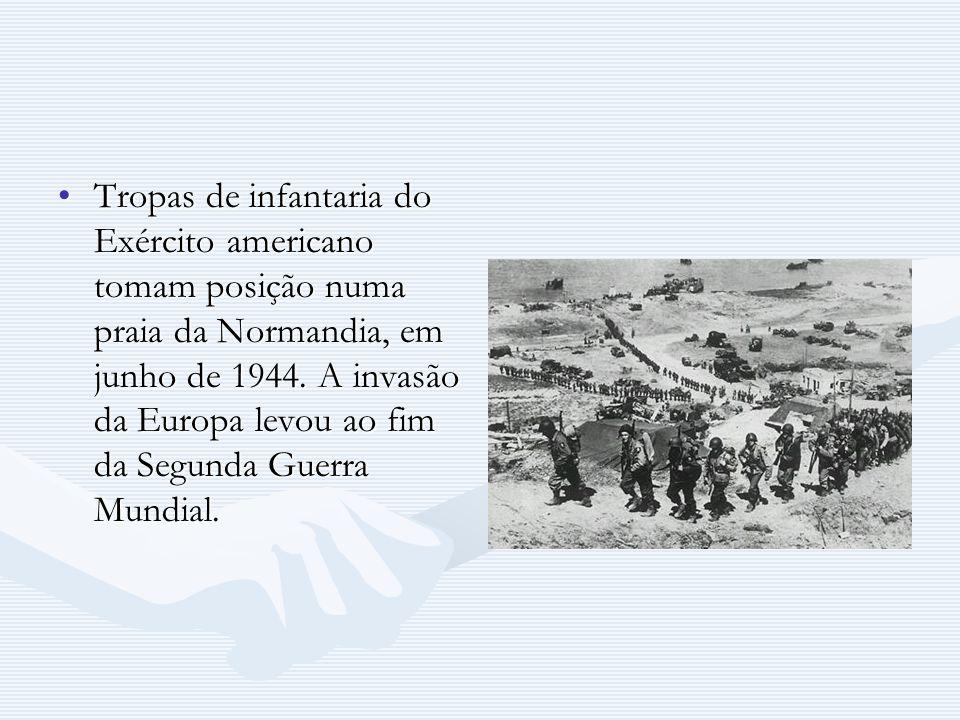 Tropas de infantaria do Exército americano tomam posição numa praia da Normandia, em junho de 1944.