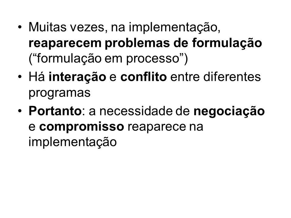 Muitas vezes, na implementação, reaparecem problemas de formulação ( formulação em processo )
