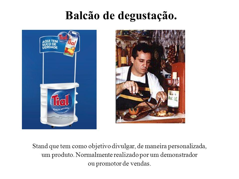 Balcão de degustação. Stand que tem como objetivo divulgar, de maneira personalizada, um produto. Normalmente realizado por um demonstrador.