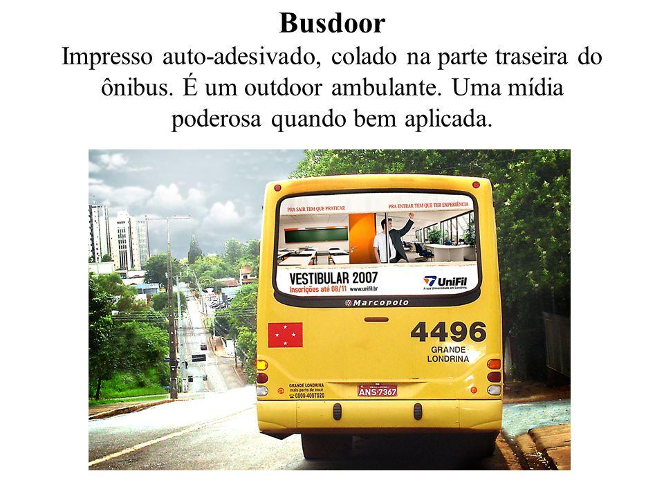 Busdoor Impresso auto-adesivado, colado na parte traseira do ônibus