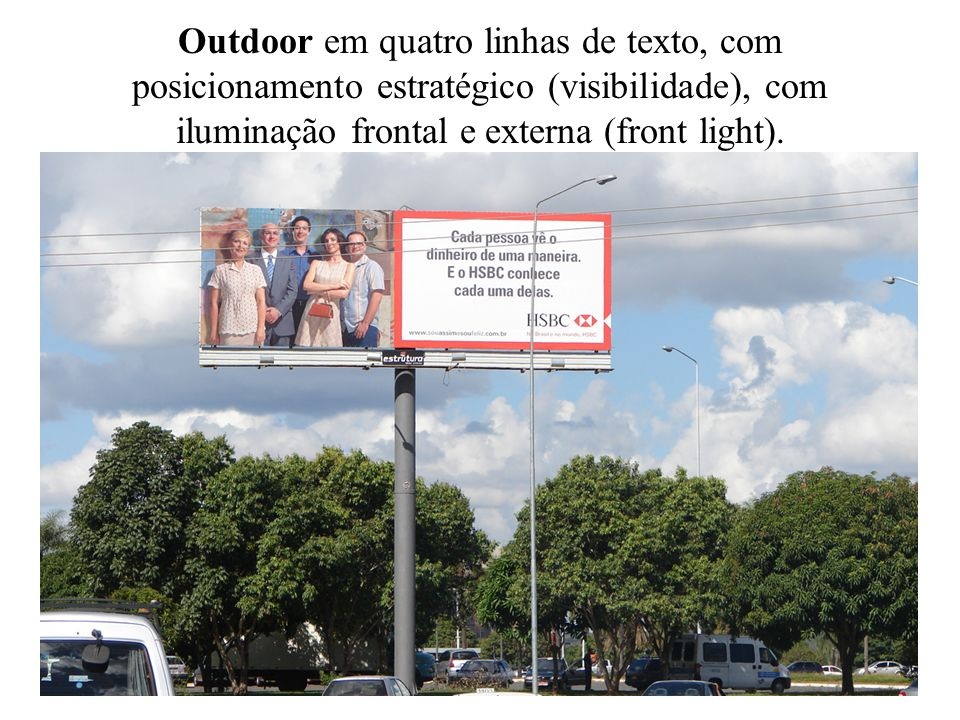 Outdoor em quatro linhas de texto, com posicionamento estratégico (visibilidade), com iluminação frontal e externa (front light).