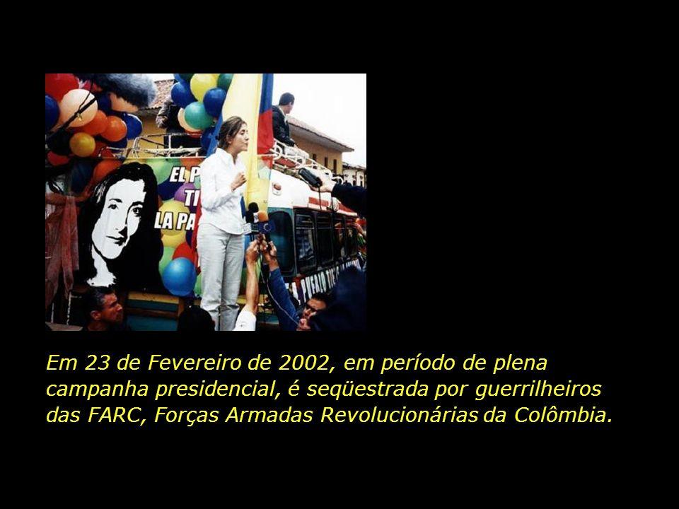 Em 23 de Fevereiro de 2002, em período de plena campanha presidencial, é seqüestrada por guerrilheiros das FARC, Forças Armadas Revolucionárias da Colômbia.