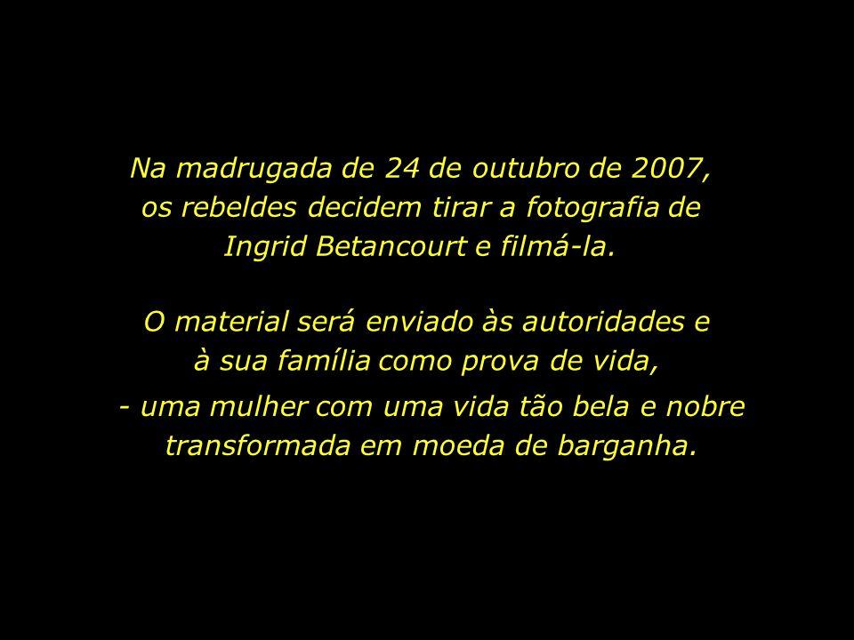 Na madrugada de 24 de outubro de 2007, os rebeldes decidem tirar a fotografia de Ingrid Betancourt e filmá-la.