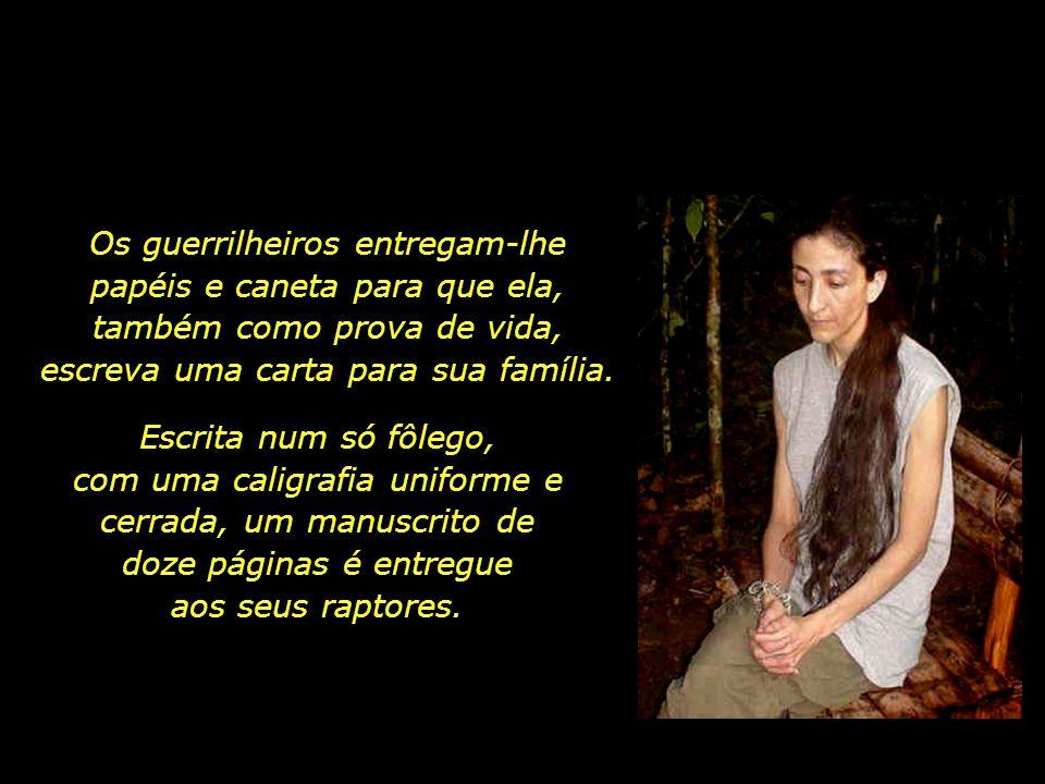 Os guerrilheiros entregam-lhe papéis e caneta para que ela, também como prova de vida, escreva uma carta para sua família.