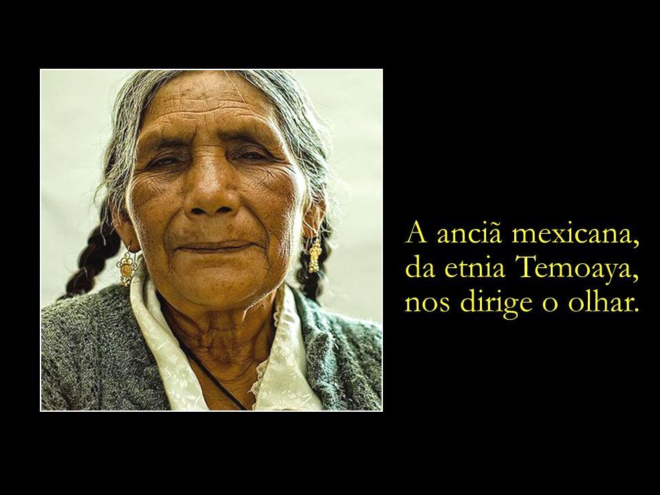 A anciã mexicana, da etnia Temoaya, nos dirige o olhar.
